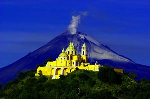 iglesia y volcan
