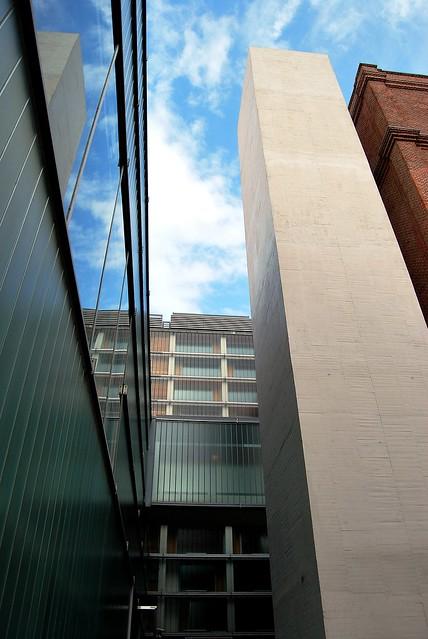 Ladrillo, hormigón, vidrio....y cielo. 10 FQ El Águila Mansilla-Tuñón Archivo Regional 10885