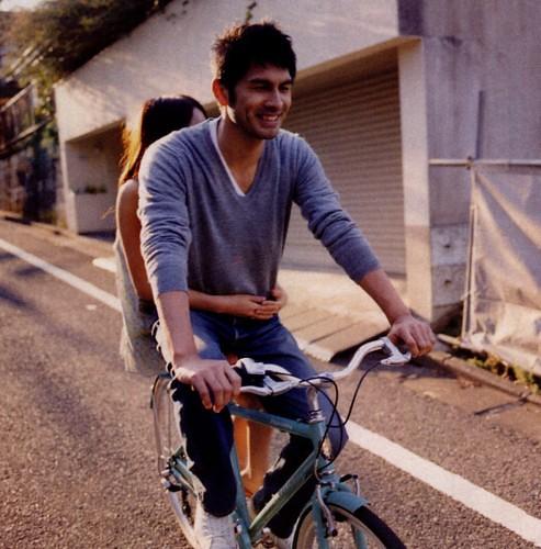 自転車に乗る平井堅