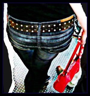 Paris style #6  most interested// Accessoire: Jeans + waistbelt,  red bag and shoes