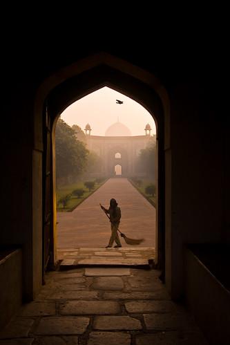 india sunrise dawn delhi mausoleum sweeper humayuntomb
