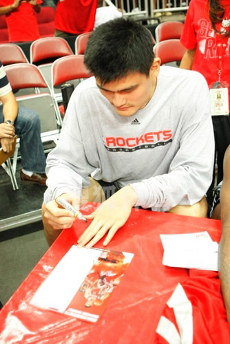 Oct. 5th - Yao Ming signs autographs at the Rockets Red Rally
