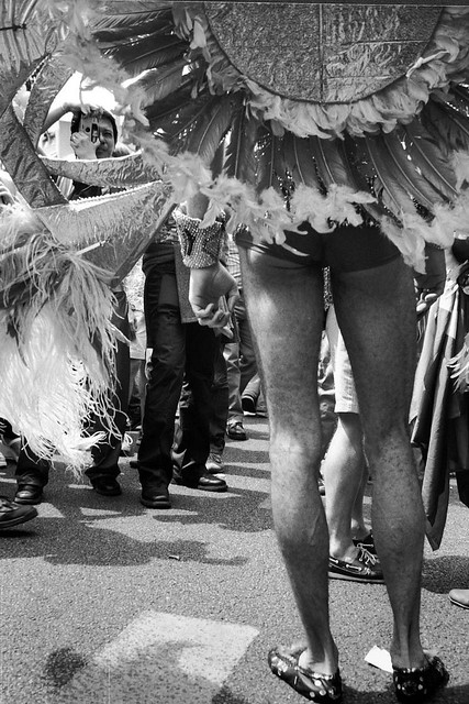 Plumes et poils / Hairy legs. L'envers du décor...;o) Gay Pride, Paris, 2002