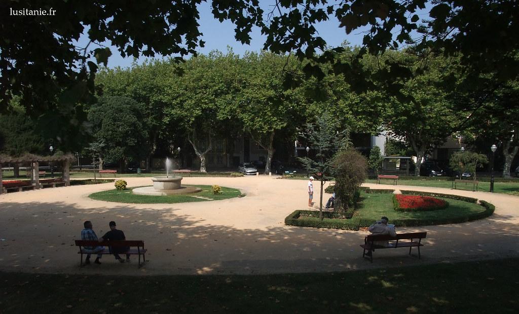 Un petit parc de Porto, paisible, où les gens viennent se reposer près de la fraîcheur de la fontaine, très appréciée en été.