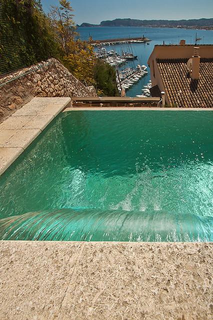 Cascada de agua en piscina flickr photo sharing - Agua de la piscina turbia ...