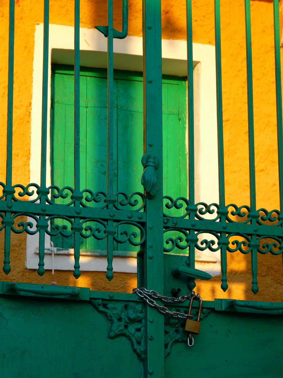 Green gate, yellow wall, Poros town