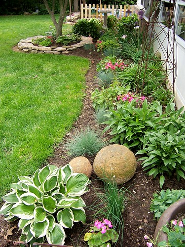 Long narrow flower bed for Narrow flower bed ideas