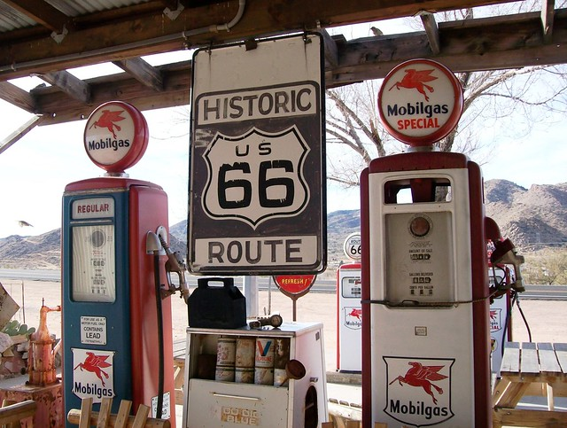 Historic route us 66 mobilgas pumps at hackberry general - Deco annee 50 americaine ...
