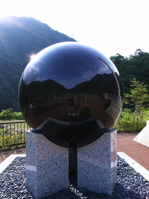 小金沢公園の黒い玉