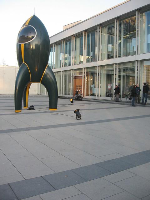 Le symbol du CCC, devant le Palais des Congrès de Berlin. On remarquera l'absence inquiétante de neige. Photo par lovro, CC-by-NC-SA 2.0