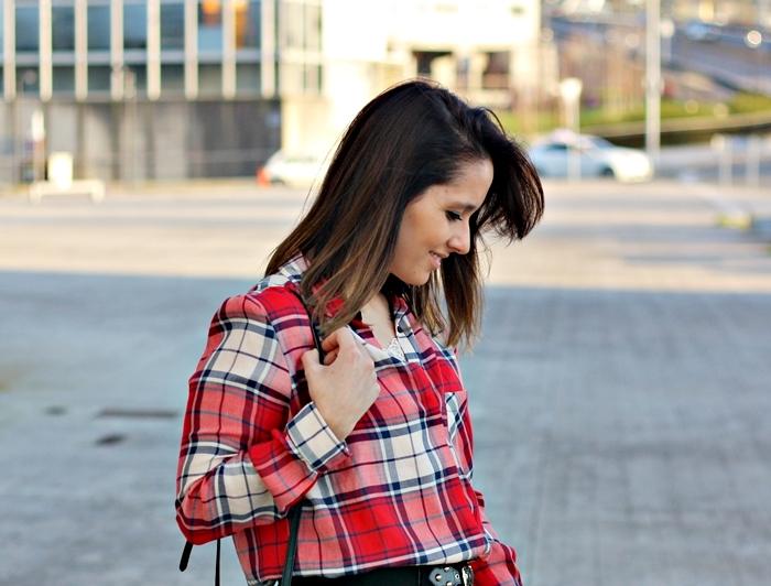 street_style-lookladymode-zara-plaid_shirt-rebecca_minkoff-lace_top