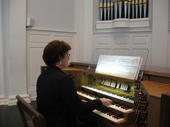 electronic device(0.0), piano(0.0), string instrument(0.0), musician(1.0), keyboard(1.0), organist(1.0), organ(1.0),