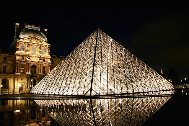 Pyramide du louvre reflection la pyramide du louvre est for Architecte de pyramide