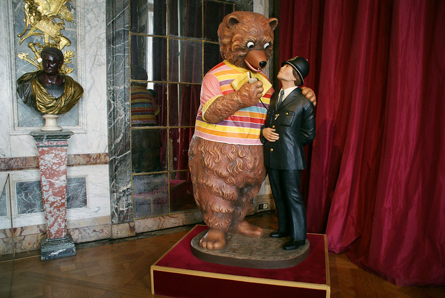 Jeff Koons : Bear and Policeman (1988)
