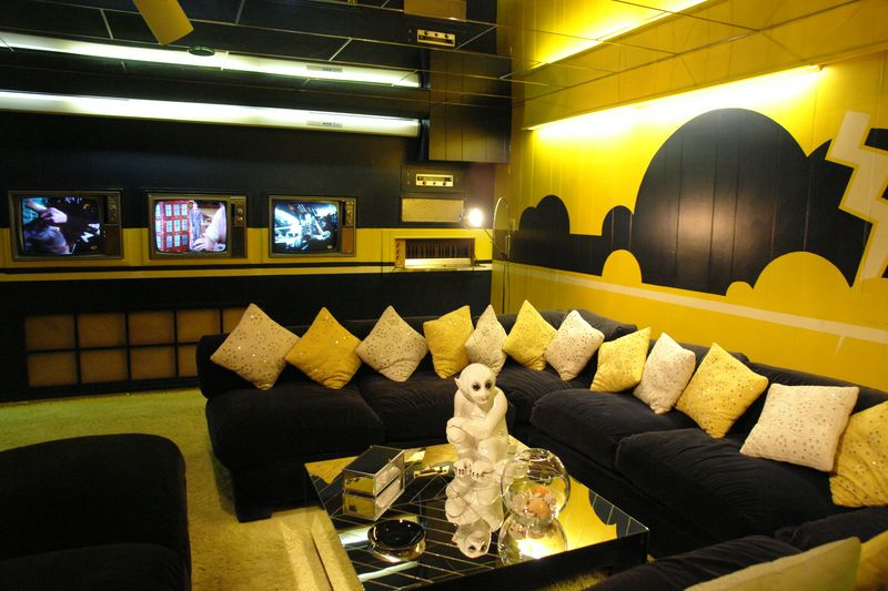 Sala de estar, que contaba con televisiones allá donde mirases elvis presley - 2528677004 cfa5e3c012 o - Elvis Presley, 35 años después sigue siendo el Rey