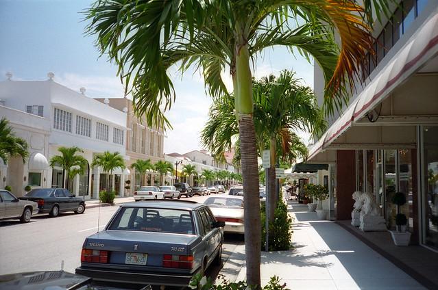 Worth Avenue, Florida - Flickr CC joeshlabotnik