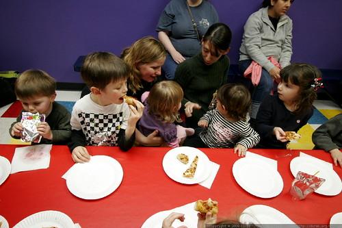 kids having pizza at noa's birthday party    MG 3202