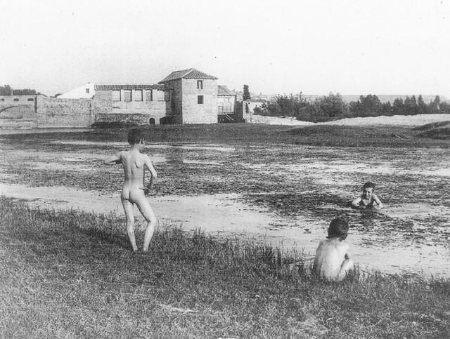 Niños bañándose en el Tajo cerca de la Playa de Safont a comienzos del siglo XX