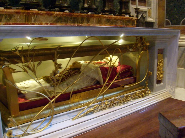 The body of Pope John XXIII (d. 1963) displayed in a glass ...