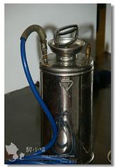 噴灑農藥的容器。深山的貓提供