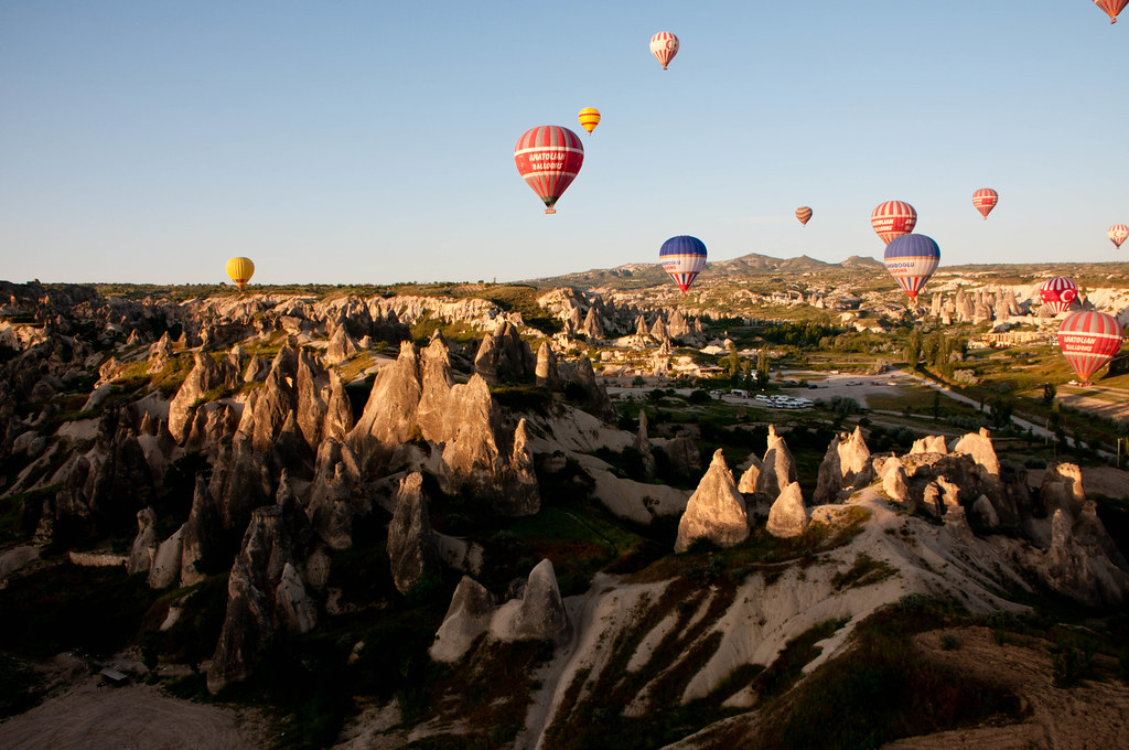 カッパドキアと浮かぶ気球の風景