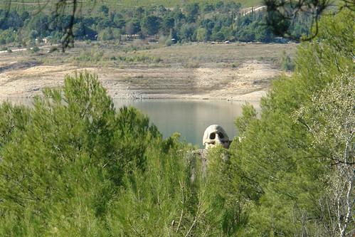 La gigantesca calavera se puede ver desde lo alto de la colina, una imagen de lo más siniestro. Ruta de las Caras, arte y naturaleza fundidos en un abrazo común - 2980773943 12fe687662 - Ruta de las Caras, arte y naturaleza fundidos en un abrazo común