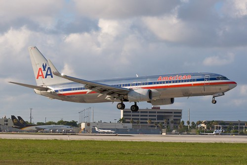 American 737-800 on close final