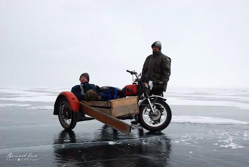 En moto sur le lac Baïkal gelé, Sibérie, Russie © Bernard Grua 2007