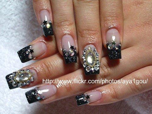 Дизайн ногтей с черным цветом и стразами