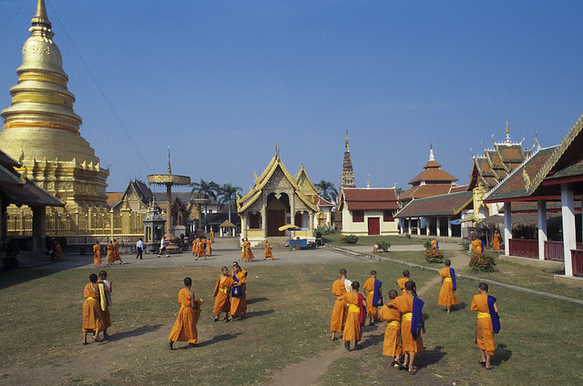 Thailand, Lamphun, Buddhist monks at Wat Phra That Haripunchai temple