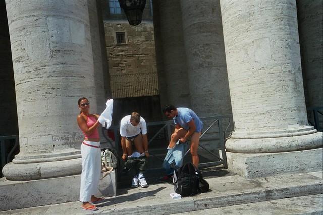"""Roma es super caluroso en verano, e ir en pantalón largo todo el día es una engorro, pero ... con pantalón corto no se puede entrar al vaticano así que es buena idea llevar ropa extra en la mochila y cambiarse para entrar a un lugar como éste. Precauciones y tips en viajes a países y zonas """"culturalmente diferentes"""" - 2513162665 6abdac7b1d z - Precauciones y tips en viajes a países y zonas """"culturalmente diferentes"""""""