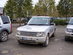automobile(1.0), automotive exterior(1.0), range rover(1.0), sport utility vehicle(1.0), vehicle(1.0), compact sport utility vehicle(1.0), land rover discovery(1.0), bumper(1.0), land vehicle(1.0),