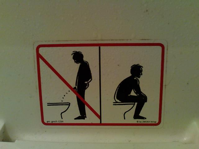 Orinar sentado es la regla