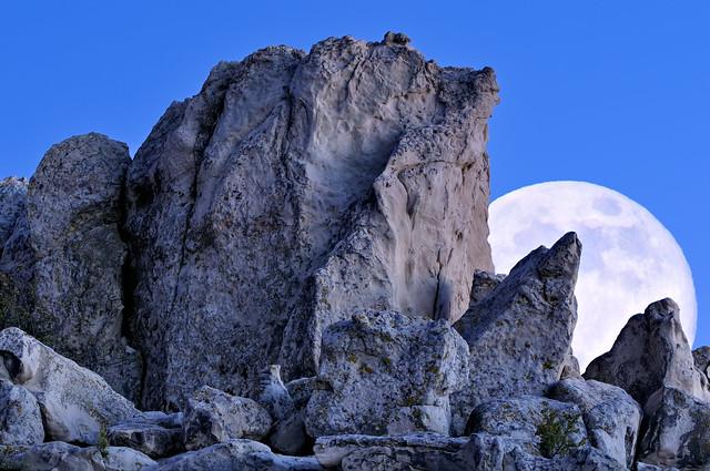 Hace falta un telefoto para fotografiar algo así. Foto: Rock Fort Moonrise por Michael Menefee