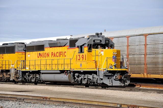 Union Pacific GP40-2 #1391 shunting freight cars, Tucson, Arizona, 22 December 2008