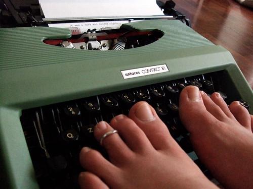 scrivere coi piedi