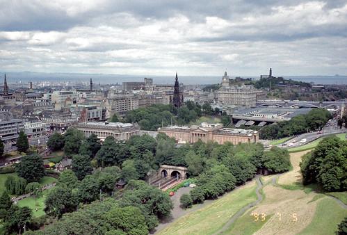 1993/07/05 - 00:00 - エジンバラ城へ登る坂道から見た市街 - Edinburgh