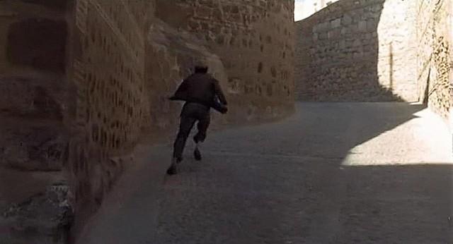 """Calle de El Salvador (antigua Cuesta de la Portería o Portería de la Trinidad), Toledo, en 1969 (Captura de """"Tristana"""" de Buñuel)"""