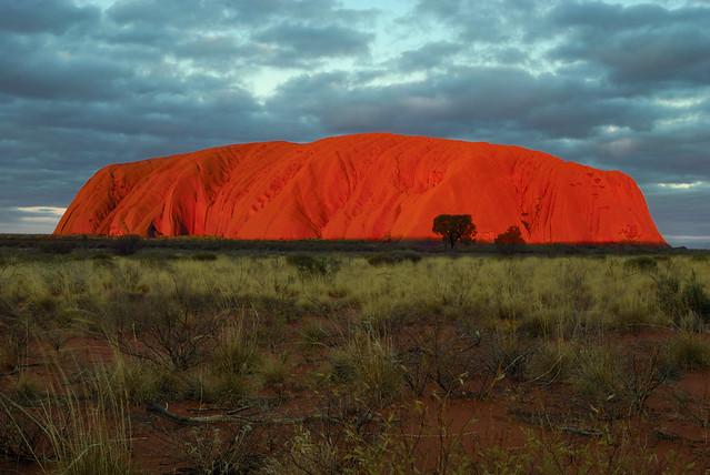 Uluru al ocaso. Parque Nacional Uluru-Kata Tjuta. Australia