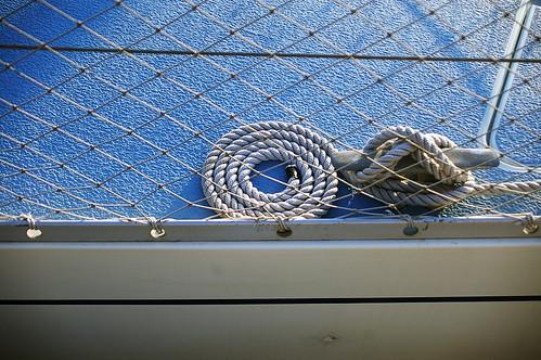 shins:australia : ordre en un racó blau (o com tot té el seu buit per estar-s'hi), al port del Masnou (Maresme); 6 d'Abril de 2008 per Lali Masriera a Flickr