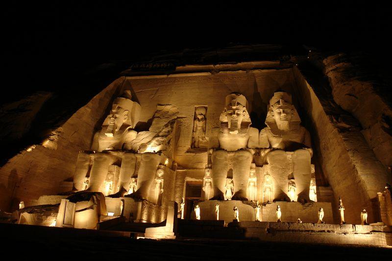 Templo de Ramses II con la iluminación nocturna. Abu Simbel, el templo de las dos vidas - 2473749349 006bd1f7f3 o - Abu Simbel, el templo de las dos vidas