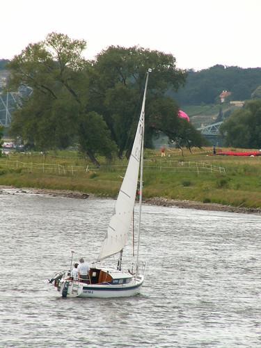 Poseidon im schimmernden Gischthermelin beim Segelschiff auf der Elbe 053