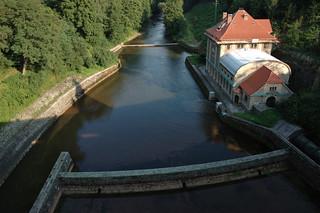 Imagen de Přehrada Les Království cerca de Nemojov. blue roof light shadow red sky brown brick green les river wind dam fancy powerplant turbine kralovstvi