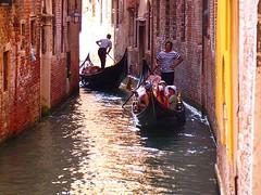 canoe(1.0), vehicle(1.0), watercraft rowing(1.0), boating(1.0), gondola(1.0), watercraft(1.0), canal(1.0), boat(1.0), waterway(1.0),