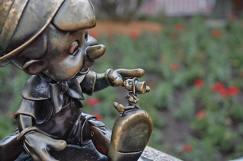 Disney - Pinocchio and Jiminy Hub Statue