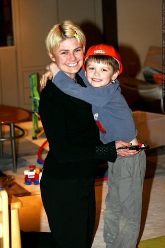 builder nick hugging his mom after dinner    MG 9998