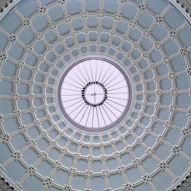 Vista del techo abovedado ubicado en sala de entrada del Museo Nacional de Irlanda, edificio de Arqueología.