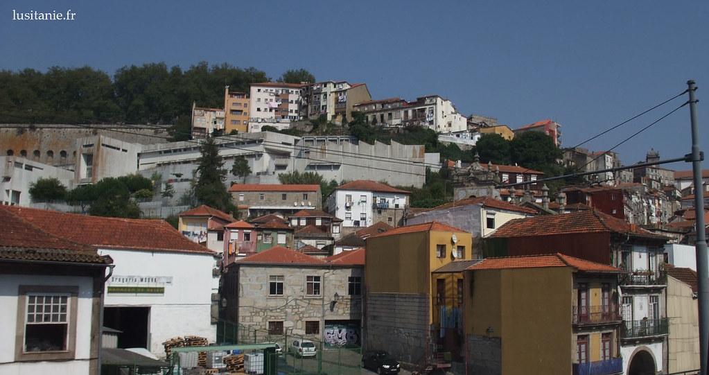 Les maisons se superposent sur les collines de Porto, le long du Tage.