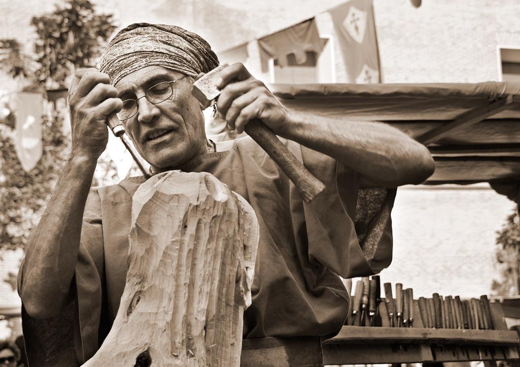 Tallando la madera / Carving the wood