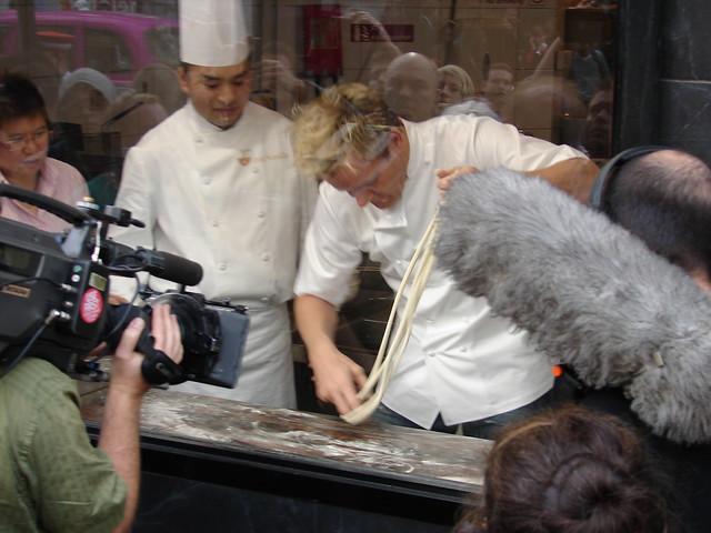 Gordon Ramsay haciendo un programa de cocina